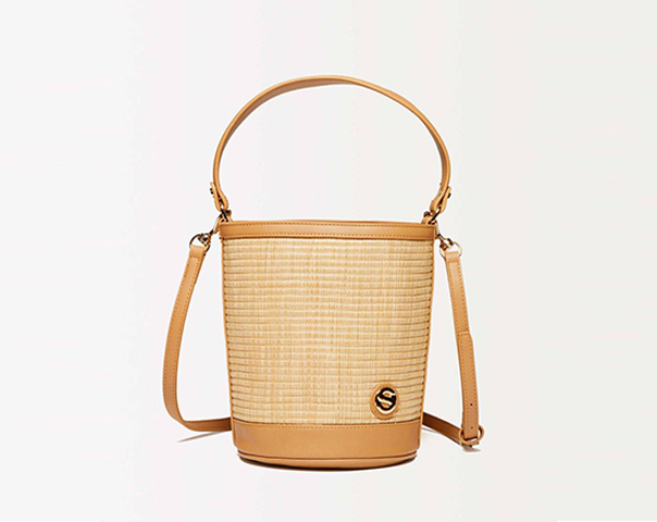 Bucket bag in raffia